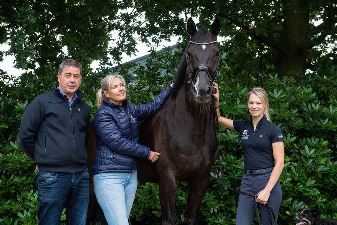 27 jaar geleden vestigden Gertjan en Anne van Olst hun paardenbedrijf in Den Hout. Inmiddels komen verschillende internationale ruiters naar Den Hout om te trainen, zoals Charlotte Fry uit Groot-Brittanië.