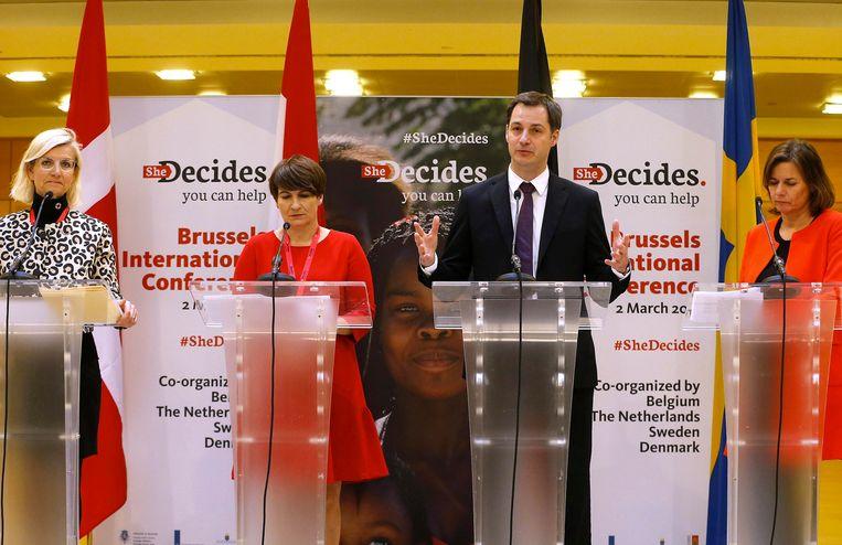 Lilianne Ploumen en collega-ministers uit andere landen tijdens de persconferentie van SheDecides, waar ze opriepen om de rechten van vrouwen hoog op de internationale agenda te zetten. Beeld BELGA