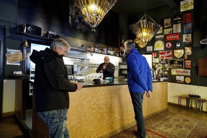 Het bierloket in Zaltbommel met achter de tap Adrie van der Meijden.