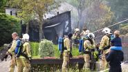Bestelwagen brandt uit onder carport