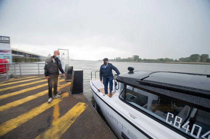 Ondernemer Philippe Ophoff en schepen Koen Kennis (N-VA) voeren van Temse naar Antwerpen met de gloednieuwe Waterlimo.