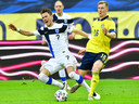 Thomas Lam (links) heeft het moeilijk tegen Emil Krafth, onlangs in het oefenduel van Finland met Zweden.