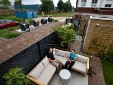 Mini-milieustraat pal achter woning zorgt voor overlast, dagje genieten in tuintje is niet mogelijk