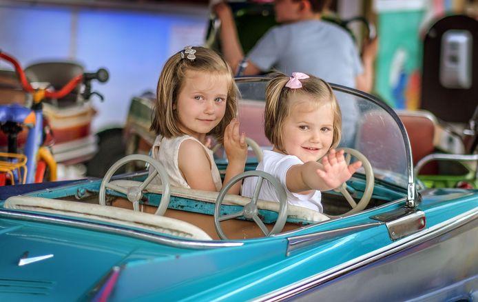 Emma (5) en Mila (3) kwamen alvast met plezier een ritje maken op draaimolen Smurfenland.