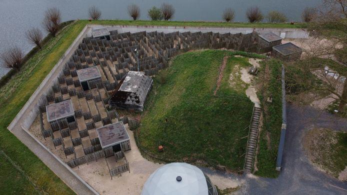 Het klimaatdoolhof in Herwijnen bestaat uit talloze houten schotten die samen een route vormen. Daar krijg je spelenderwijs antwoord op allerlei vragen die spelen rondom klimaat en klimaatverandering.