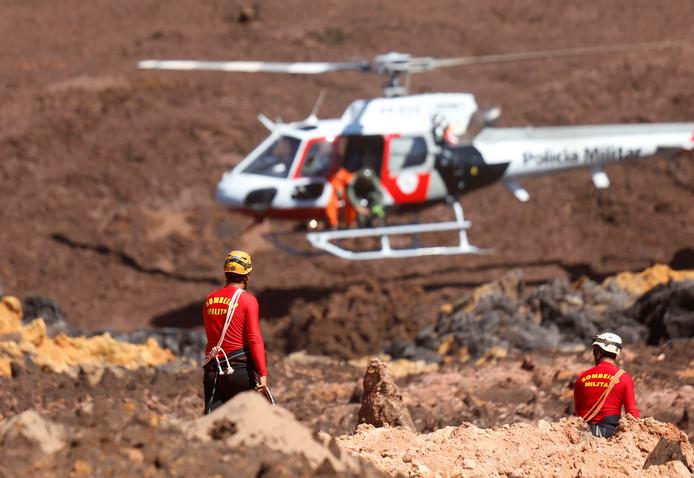 Reddingswerkers zoeken naar overlevenden.
