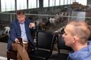 Van der Tak in de 'skybox' van boerderij De Witte Gravin in gesprek met boer Jan Burggraaf.