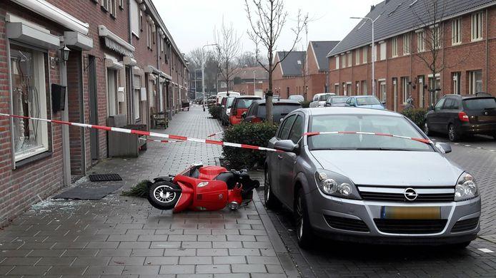 Het was woensdagavond chaos in de Korhoenstraat in Tilburg. De sporen zijn donderdagochtend nog zichtbaar.
