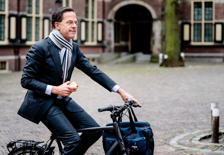 Premier Rutte op zijn fiets op het Binnenhof.  Beeld EPA - Bart Maat.