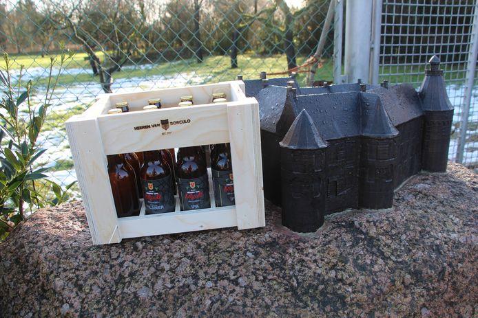 'Eerste' kratje Heeren van Borculo bij de maquette van het kasteel waar het bier in de oude kelders werd uitgedeeld aan de kopers.