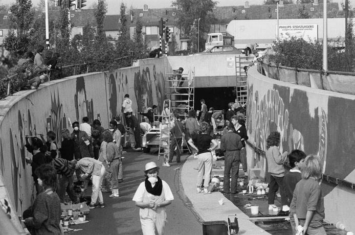 Jongeren mogen in 1986 een fietstunnel beschilderen. Ben Steffen was er als fotograaf bij. U ook? Of herkent u jongeren? Weet u waar deze foto is genomen en waarom? We kijken uit naar uw reacties.