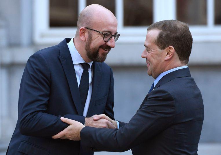 De Russische premier Dmitri Medvedev (rechts), vorige maand tijdens een ontmoeting met premier Charles Michel. Beeld Photo News