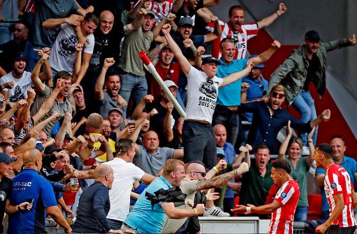 Donyell Malen en Cody Gakpo vieren feest met het PSV-publiek in seizoen 2019-2020.