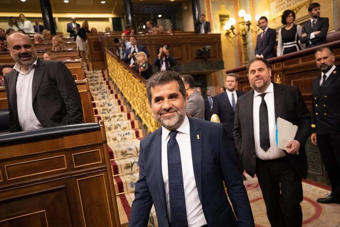 De separatisten Jordi Sanchez (midden) en Oriol Junqueras (rechts) lopen het Spaanse parlement binnen.
