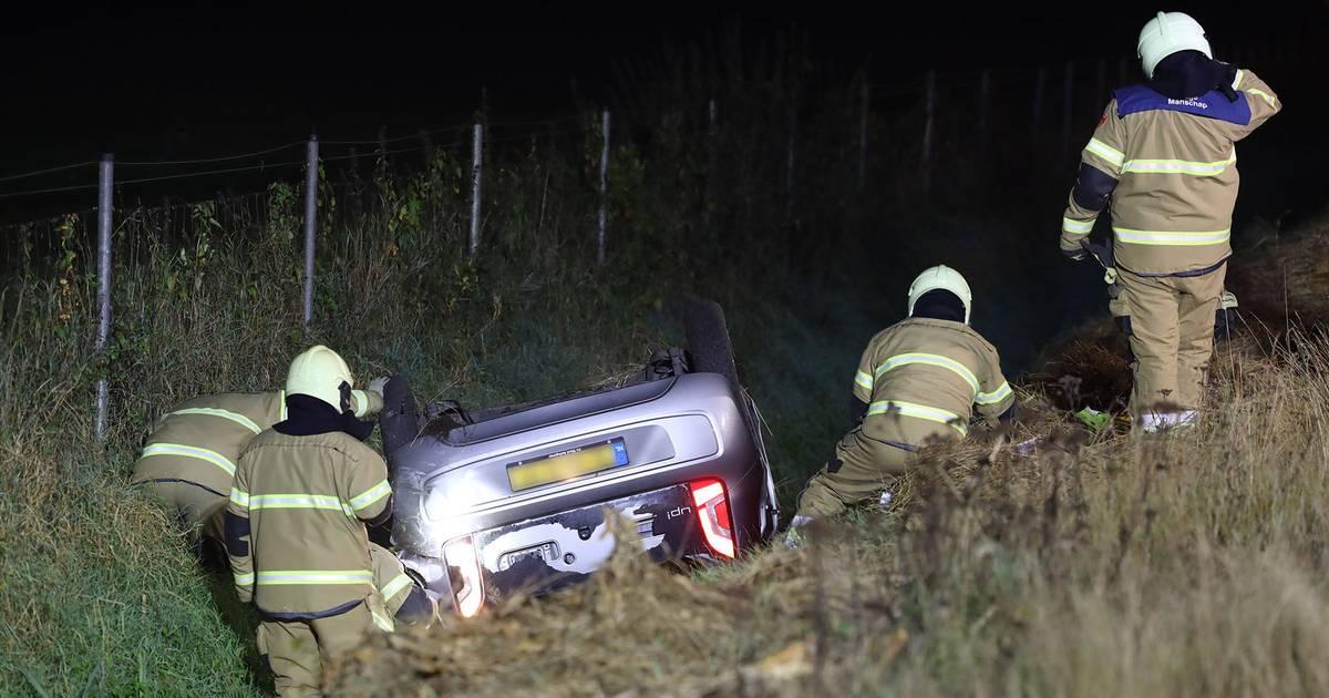 Auto slaat over de kop na botsing op de A50 bij Schaijk.