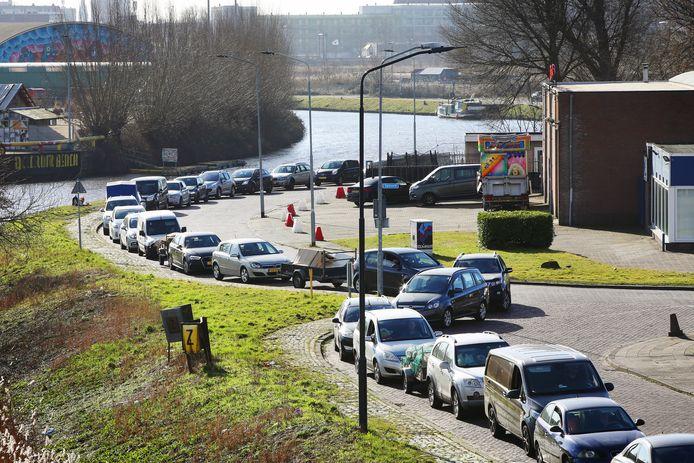 Breda - Lange files voor het milieustation in Breda zijn ondertussen eerder regel dan uitzondering.