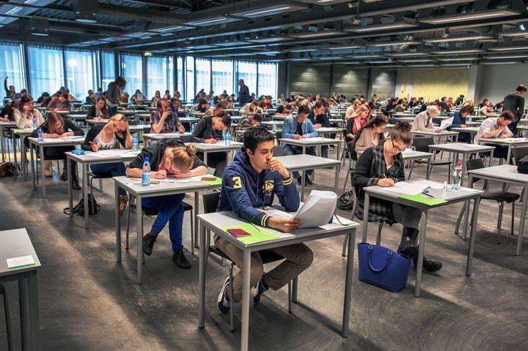 Aan de Universiteit van Amsterdam deden vandaag ruim 200 scholieren tentamen voor de decentrale selectie van de rechtenopleidingen. Beeld