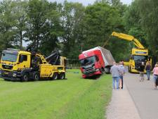 Trucker belandt vlakbij eindbestemming in weiland in Nijkerk