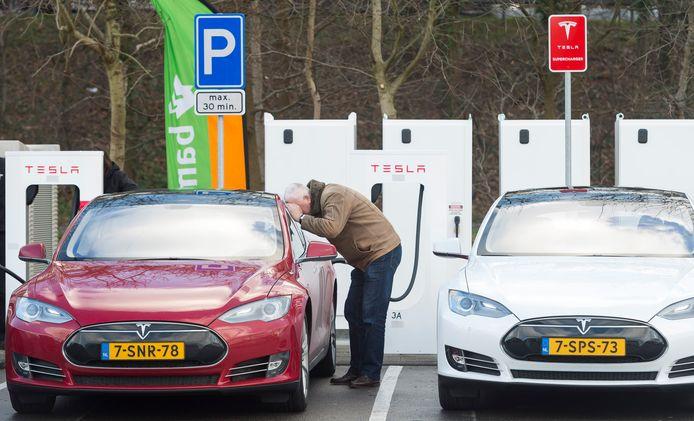 Elektrische Tesla's worden opgeladen in het Nederlandse Oosterhout. Archiefbeeld ter illustratie.