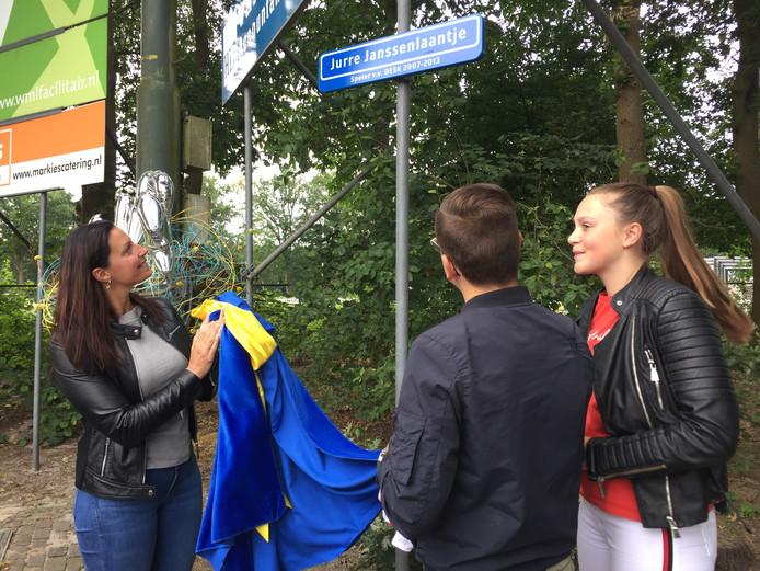 Hanne van Aart, burgemeester van Loon op Zand onthulde zaterdag samen met broer Jelte en zus Lotte een straatnaambordje op het terrein van voetbalvereniging DESK in Kaatsheuvel.