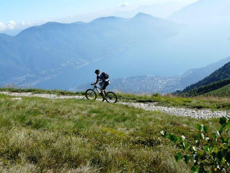 Sportievelingen kunnen de top van de Cimetta ook bereiken met de mountainbike. Beeld UNKNOWN