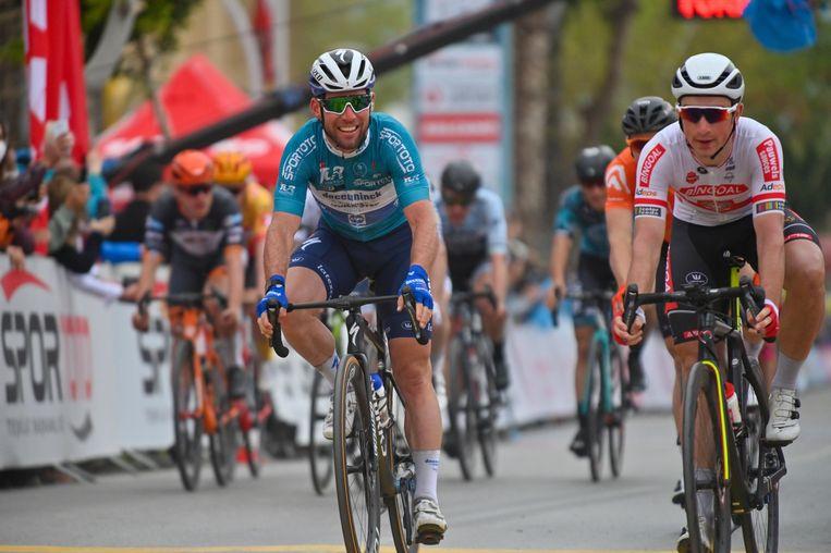 Mark Cavendish is in Kemer sneller dan Stanislaw Aniolkowski (r.). Beeld Photo News