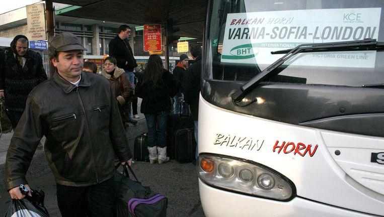 Een Bulgaar stapt in een bus naar Londen. Beeld ap