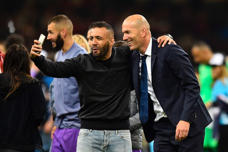 Real Madrid's French coach Zinedine Zidane (R) poses for a selfie during the UEFA Champions League final football match between Juventus and Real Madrid at The Principality Stadium in Cardiff, south Wales, on June 3, 2017. / AFP PHOTO / Glyn KIRK Beeld null