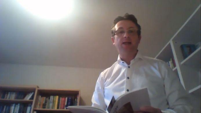 Steven Van de Putte tijdens het voorlezen van een gedicht.