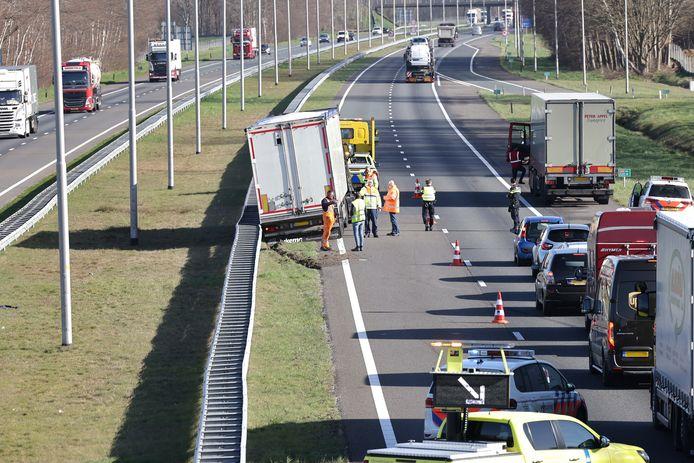 Een vrachtwagen was op de A50 ter hoogte van afrit Epe in de middenberm beland