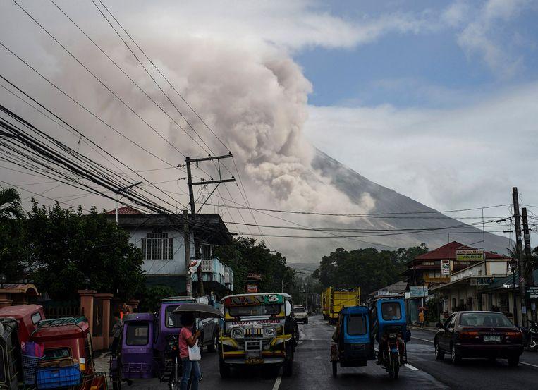 De Mayon begon vandaag 10 kilometer hoog as de lucht in te spuwen.