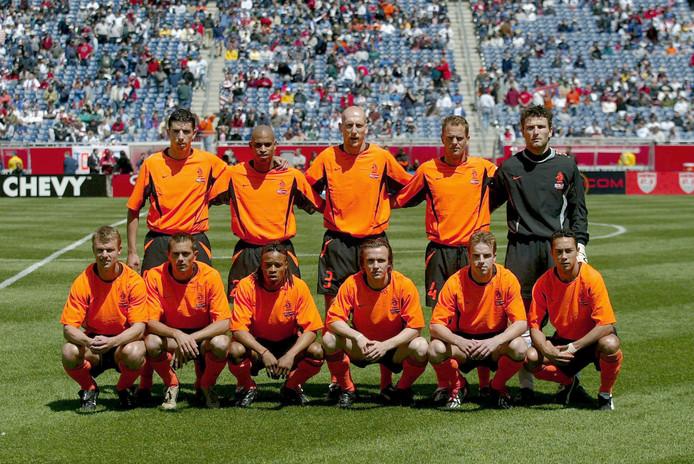 De laatste keer dat Oranje in en tegen de VS speelde, was op 19 mei 2002. Nederland won met 2-0.  Staand, vlnr: Roy Makaay, Michael Reiziger, Jaap Stam, Frank de Boer, Ronald Waterreus. Gehukrt, vlnr: Arthur Numan, Phillip Cocu, Edgar Davids, Boudewijn Zenden, Andy van der Meyde en Denny Landzaat.