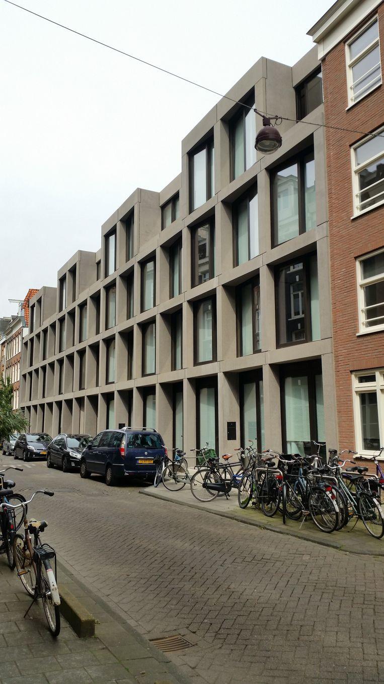 Het woongebouw in de Fokke Simonszstraat van architect Ronald Janssen waarin NRC-criticus Bernard Hulsman de 'kleine broer' van het Maupoleum ziet. Beeld