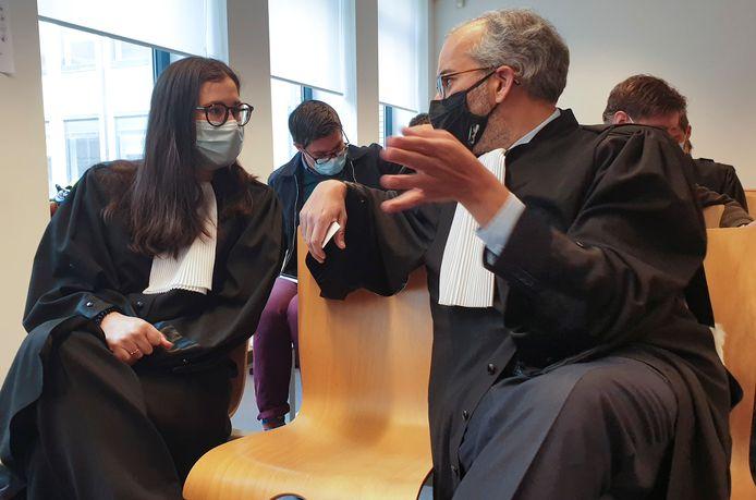 Clémence Van Muylder et Hakim Boularbah, les avocats d'AstraZeneca devant le tribunal civil de Bruxelles ce mercredi.