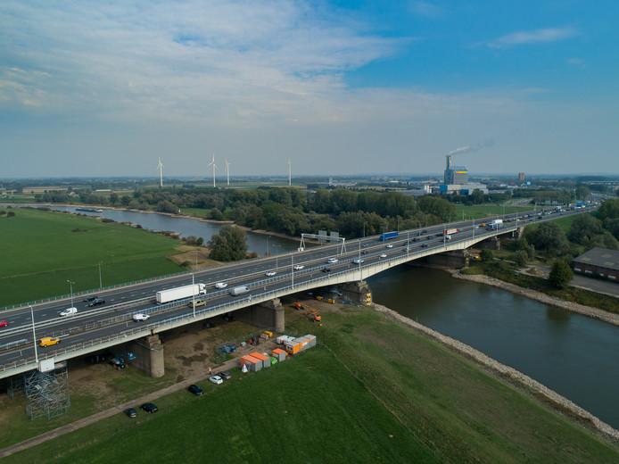 De A12 over de IJssel bij Westervoort. De rechter rijbaan is afgesloten.