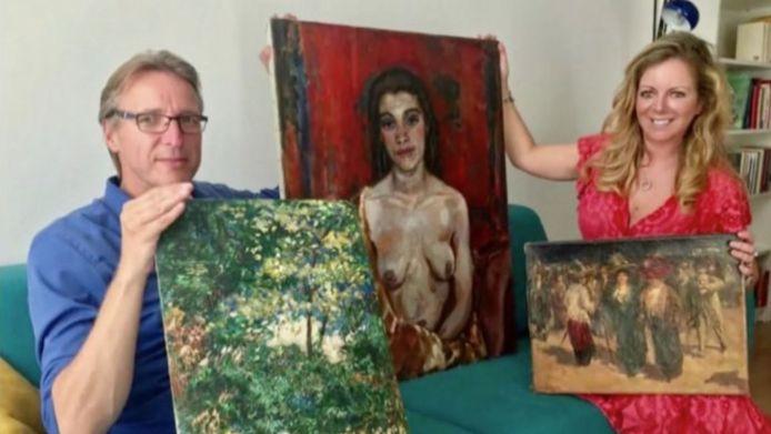 Een fragment uit het programma. Misdaadjournaliste Monika van der Marel en kunstdetective Arthur Brand tonen de drie kunstwerken.
