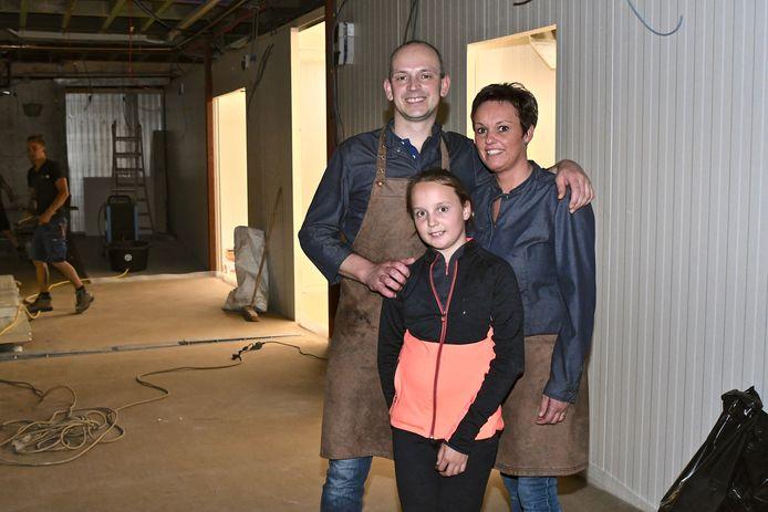 Koen en Veerle met hun jongste dochter in het atelier, dat nog volop in opbouw is.