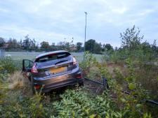 Auto ramt hekwerk bij sportpark in Apeldoorn