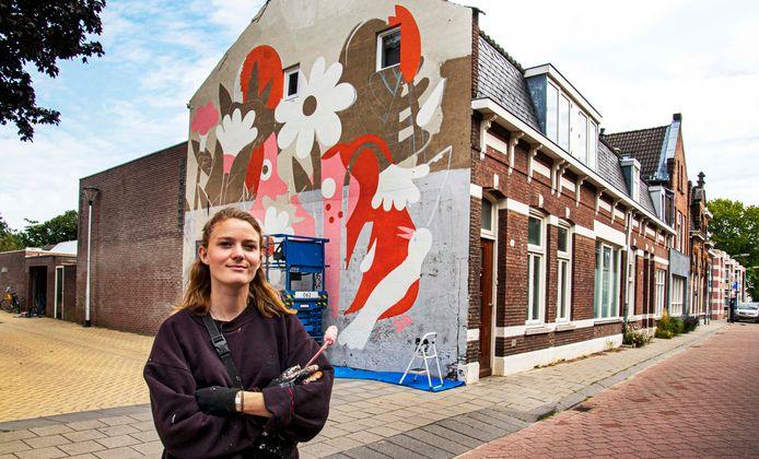 Nog een paar dagen te gaan, Ilse Weisfelt is aan de Capucijnenstraat bezig met weer een fikse muurschildering.