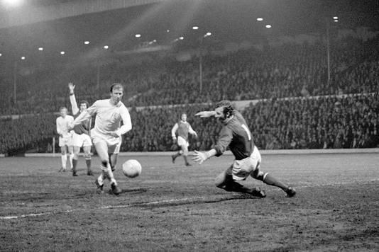 Jack Charlton scoort in 1971 namens Leeds United tegen Arsenal.