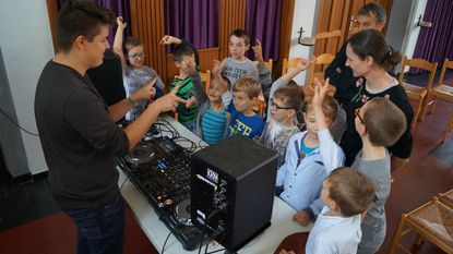 Zoon directeur geeft deejay-lessen aan kinderen De Vlinder