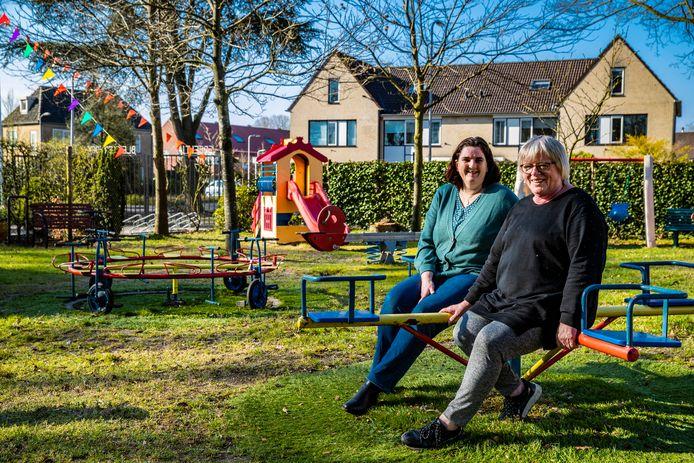 Speeltuinvereniging Blekkerhoek bestaat 50 jaar. Voorzitter Annemarie Snijders (achter) met toezichthouder Ans Koolhof (voor).