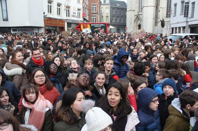 De Grote Markt stond bomvol met de jongeren van de GO-scholen.