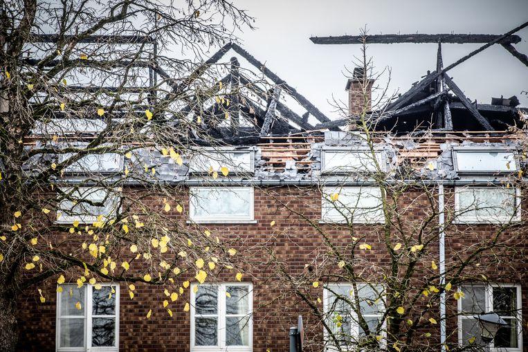 Het uitgebrande dak van het centrum in Bilzen waar asielzoekers moesten komen. Beeld Mine Dalemans