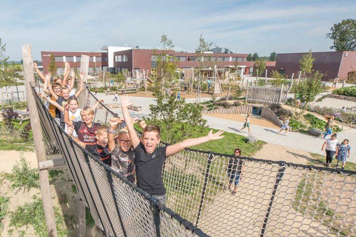 Leerlingen van Ter Tolne kunnen hun geluk niet op: een speeltuin als schoolplein!