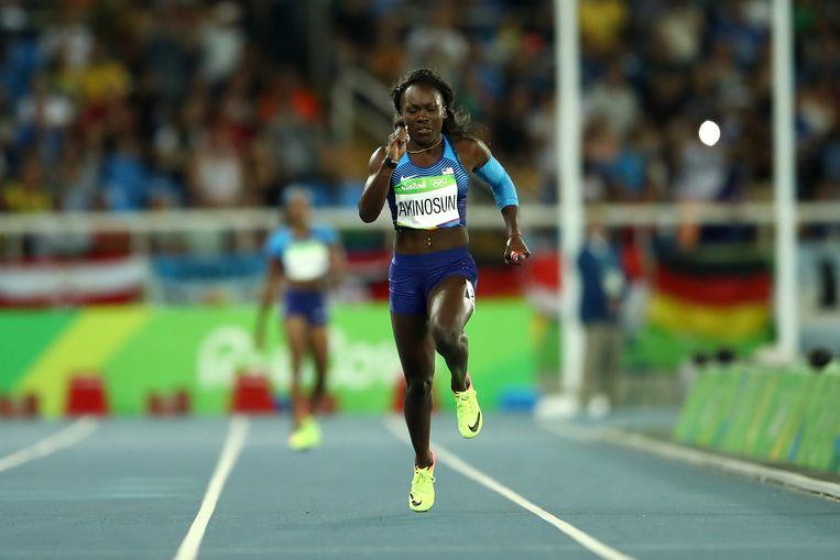 Morolake Akinosun trekt het laatste sprintje van de opmerkelijke herkansing. De VS plaatsen zich dan toch voor de finale van de 4x100m. Beeld Getty Images