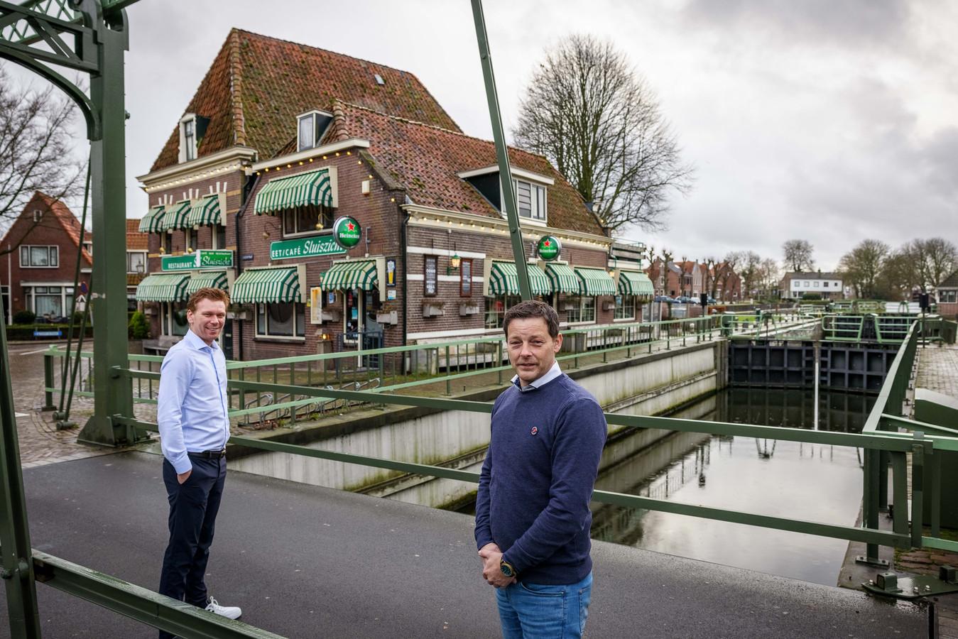 Demi Klos (rechts) heeft na achttien jaar Sluiszicht verkocht. Mark Lucas is de nieuwe eigenaar van het restaurant naast de sluis.