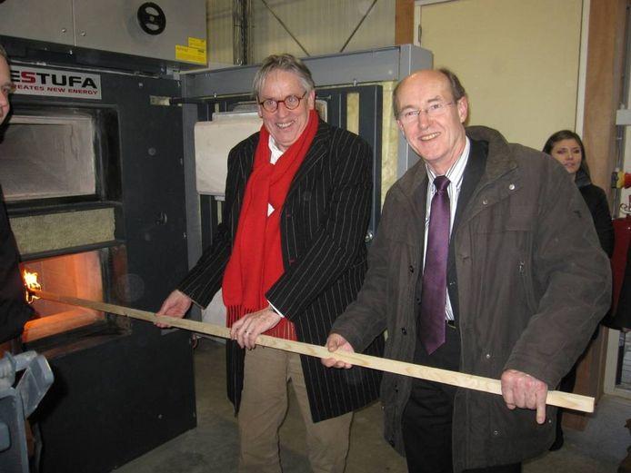 Wethouder Cor van den Berg (rechts) en Ed Penninks, directeur van SallandWonen. Foto gemeente Olst-Wijhe