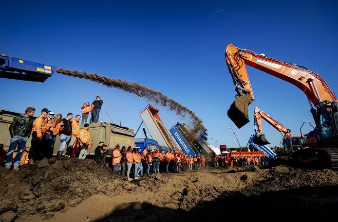 Bouwers storten grond op het Malieveld tijdens een ludieke actie tijdens het bouwersprotest Grond in Verzet.