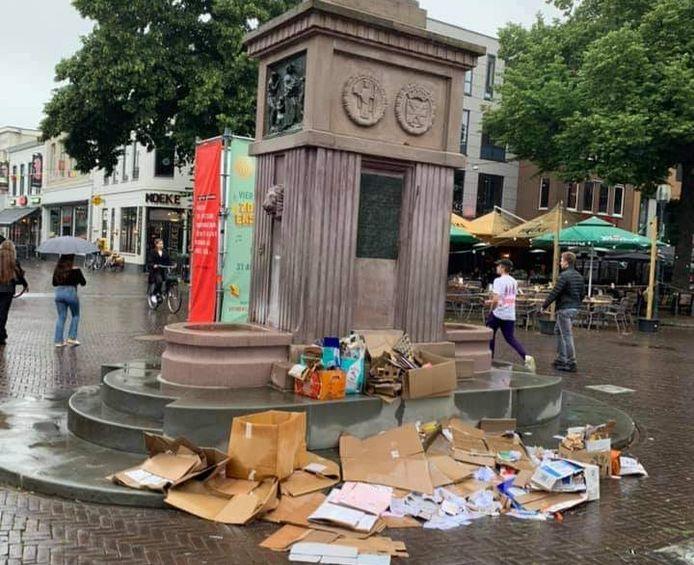 Rotzooi op de Oude Markt.